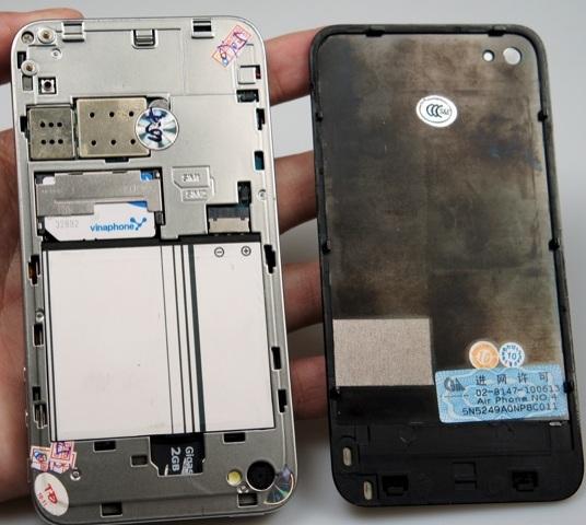 iPhone 4 giả với việc tháo lắp pin dễ dàng - Đồng thời để gắn sim  phải tháo nắp sau